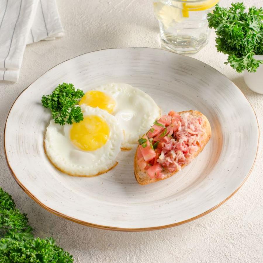 Яичница из домашних яиц с брускеттой